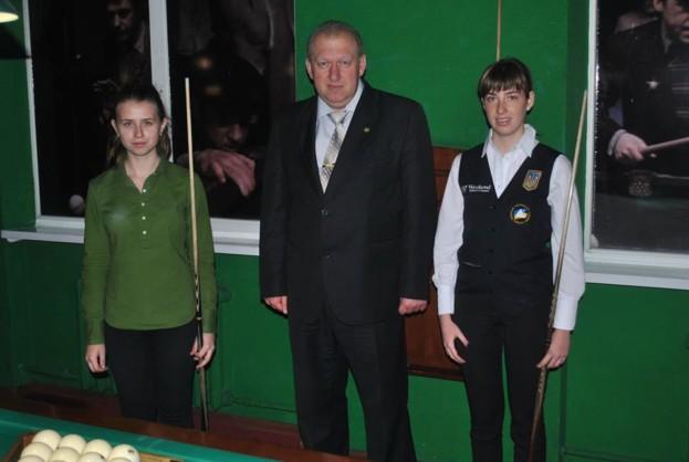 Юлія Малахова (зліва) перед фінальним матчем