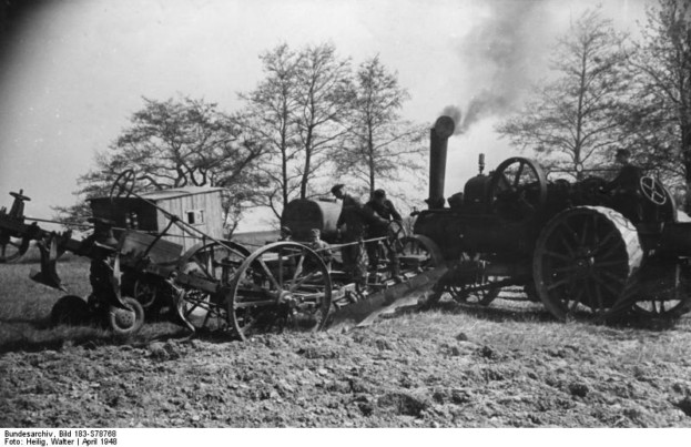 Illus-Heilig 26.4.48 Im Oderbruch wird gearbeitet. Aufnahmen von der Frühjahrsbestellung 1948 im Kreis Lebus. U.B.z.: Der Dampf singt in dem Kessel der Lokomobile. Ein Pfeifsignal - gleich wird sich der schwere Dampfpflug in Bewegung setzen. 1423-48