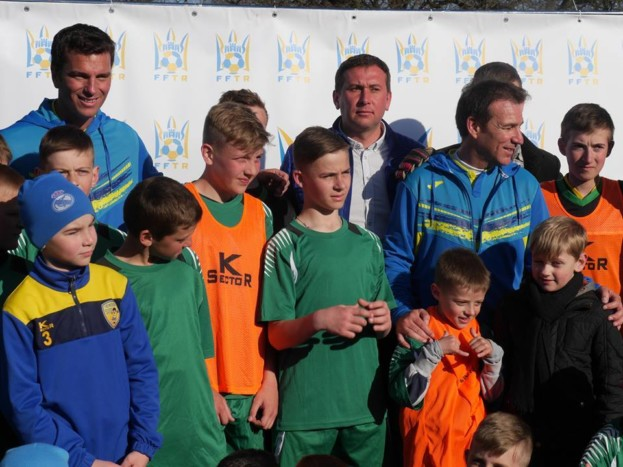 Тарас Юрик (справа) подякував екс-гравцям «Реалу» за неймовірне свято, яке вони влаштували місцевим дітлахам