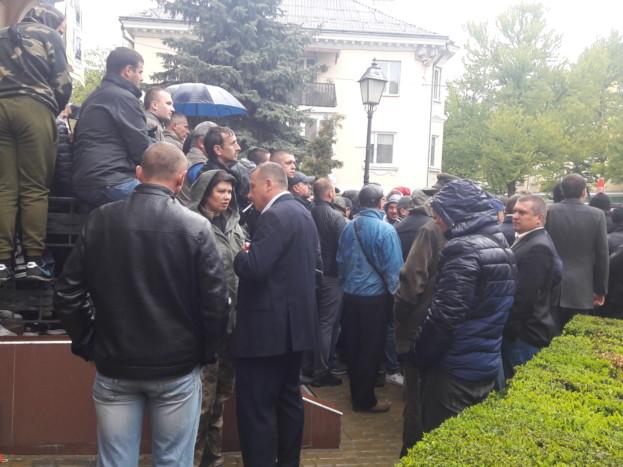 Волонтер Алла Борисенко пробує домовитися лідером міських свободівців Володимиром Стаюрою, щоб не використовувати учасників АТО у політичних та землеьних розбірках