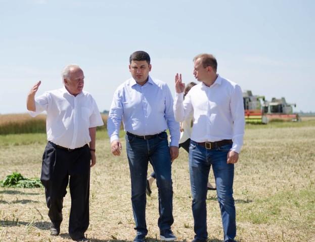 Антон Білик (зліва) показав Прем'єр-міністру Володимиру Гройсману поля ПАП «Іванівське»