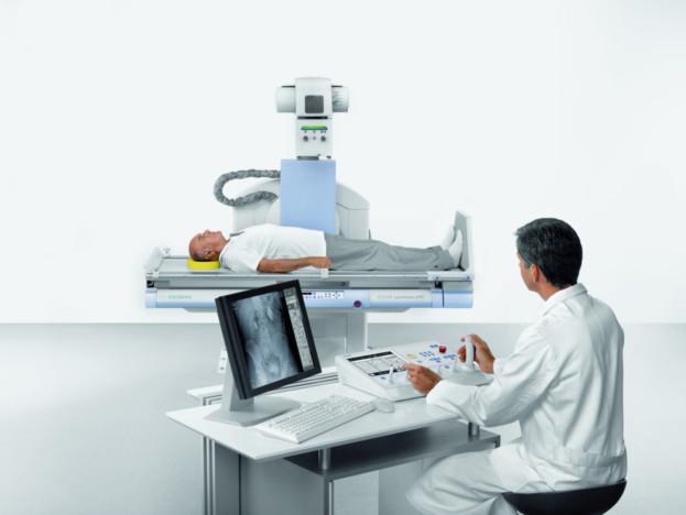 Das Axiom Luminos dRF kann sowohl dynamische Vorgänge im Körper sichtbar machen – wie beispielsweise den Schluckvorgang in der Speiseröhre – als auch statische Röntgenbilder anfertigen. Denn statt mit herkömmlichem Bildverstärker und Kassette arbeitet das System mit einem dynamischen Flachdetektor, der die Bilddaten von Durchleuchtungs- und Zielaufnahmen gleichermaßen digital erfasst. Mit seiner Eintrittsfläche von 43 x 43 Zentimetern, erfasst der Flachdetektor nahezu 50 Prozent mehr Fläche als ein Bildverstärker mit 40 Zentimetern Durchmesser. Durch die größere Abdeckung sind weniger Aufnahmen nötig, um die anatomisch relevanten Regionen zu erfassen. Multitalented Axiom Luminos dRF from Siemens combines fluoroscopy and radiography in a single system  The Axiom Luminos dRF can both visualize dynamic processes in the body – for example swallowing in the esophagus – and produce static radiographs. Instead of a conventional image intensifier and cassette, the system works with a dynamic flat detector, which digitally acquires the image data for both fluoroscopic and radiographic acquisitions. With an area of 43 x 43 centimeters, the flat detector offers almost 50 percent greater coverage than an image intensifier with a diameter of 40 centimeters. Increased coverage means fewer acquisitions are required to image the relevant anatomical region.